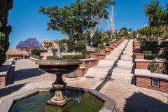 Fortaleza medieval Alcazaba del moorish en Almería, acceso al Alcazaba con los jardines y los árboles de diversas especies Fotos de archivo