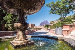 Fortaleza medieval Alcazaba del moorish en Almería, acceso al Alcazaba con los jardines y los árboles de diversas especies, de la Imágenes de archivo libres de regalías