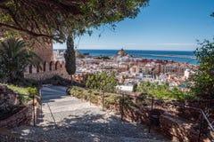 Fortaleza medieval Alcazaba do moorish em Almeria, acesso à fortaleza com jardins e árvores de espécies diferentes, vista panorâm Imagem de Stock