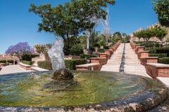 Fortaleza medieval Alcazaba do moorish em Almeria, acesso ao Alcazaba com jardins e árvores de espécies diferentes, de fonte e de Foto de Stock