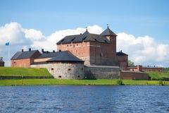 Fortaleza medieval de Hameenlinna na costa do dia do lago Vanajavesi julho finland foto de stock