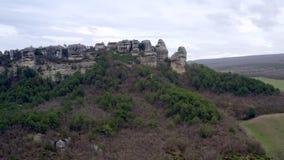 Fortaleza medieval de la ciudad de la cueva en meseta de la montaña en el acantilado Fortaleza en roca almacen de video