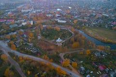A fortaleza medieval de Porkhov no panorama da cidade, noite de outubro Região de Pskov, Rússia imagens de stock royalty free