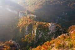 Fortaleza medieval en el ambiente del otoño fotos de archivo libres de regalías