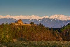 Fortaleza medieval en Transilvania con los Cárpatos en el fondo Imagen de archivo