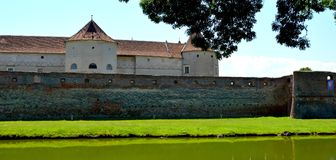 Fortaleza medieval Fagaras y sus canales en un día de verano foto de archivo