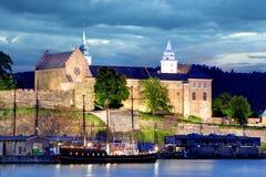 Fortaleza na noite, Oslo de Akershus, Noruega Fotos de Stock Royalty Free