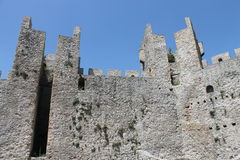 A fortaleza na Sérvia aproxima o monastério Manasija Foto de Stock