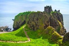 Fortaleza o castillo medieval escocesa de Dunnottar Montañas de Sco Imágenes de archivo libres de regalías