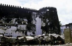 Fortaleza omaní con el mercado de Lamu Imagen de archivo libre de regalías