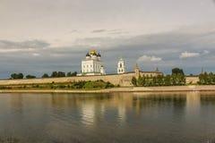 Fortaleza velha antiga rio banco nuvens céu no 30 de julho de 2016 brilhante, parede do Kremlin de Rússia - de Pskov, catedral da Foto de Stock Royalty Free