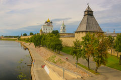 Fortaleza velha antiga rio banco nuvens céu no 30 de julho de 2016 brilhante, parede do Kremlin de Rússia - de Pskov, catedral da Fotografia de Stock Royalty Free