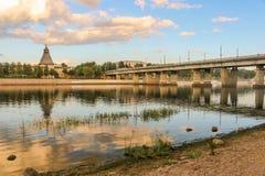 Fortaleza velha antiga rio banco nuvens céu no 30 de julho de 2016 brilhante, parede do Kremlin de Rússia - de Pskov, catedral da Fotos de Stock Royalty Free