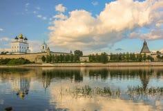 Fortaleza velha antiga rio banco nuvens céu no 30 de julho de 2016 brilhante, parede do Kremlin de Rússia - de Pskov, catedral da Imagem de Stock