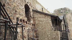 Fortaleza velha da Idade Média, casa para viver dentro da fortaleza video estoque