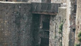 Fortaleza velha da Idade Média, ponte entre a torre vídeos de arquivo