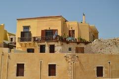 A fortaleza velha transformou em casas preciosas no porto de Chania Curso da arquitetura da história fotografia de stock