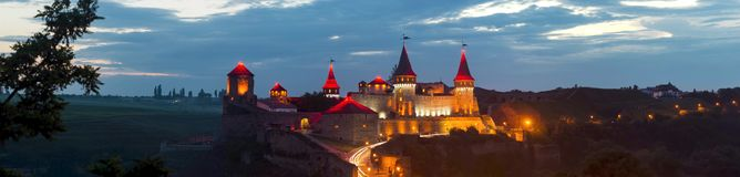 Fortaleza vieja Castillo de piedra en la ciudad de Kamenets-Podolsky Panorama Fotografía de archivo