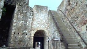 Fortaleza vieja de las Edades Medias, escaleras al balcón almacen de metraje de vídeo