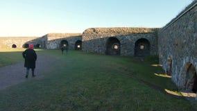 Fortaleza vieja de Suomenlinna en las islas cerca de la capital de Finlandia Helsinki almacen de metraje de vídeo