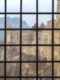 Fortaleza vista a través de la ventana de la prisión con las barras de metal Foto de archivo