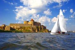 Fortaleza y barco de vela viejos. Foto de archivo