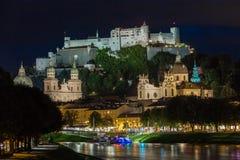 Fortaleza y catedral de Hohensalzburg en la noche Salzburg austria imagenes de archivo