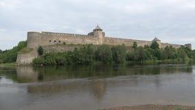 Fortaleza y el río de Narva, día en agosto Ivangorod, Rusia de Ivangorod de la nube almacen de video