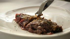 Fortalezca el carpaccio con parmesano, los tomates de cereza, la cebolla roja y el arugula metrajes
