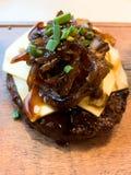 Fortalezca el fondo de la hamburguesa del queso imagen de archivo libre de regalías