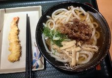 Fortalezca la sopa del Udon con tempura del camarón fotos de archivo