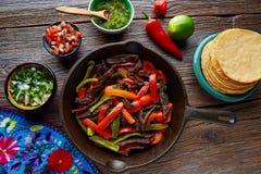Fortalezca los fajitas en una cacerola con la comida del mexicano de las salsas imagen de archivo