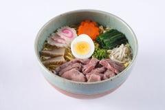 Fortalezca los ramen del shoyu en el fondo blanco, carne de vaca con los japanes imagen de archivo libre de regalías
