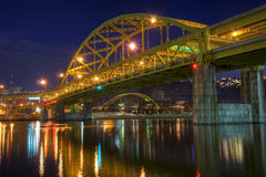 FortDuquesne bro på natten Royaltyfria Bilder