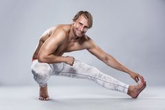 Forte allungamento atletico dell'uomo Fotografia Stock Libera da Diritti