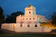 Forte antigo de Phra Sumen no crepúsculo da noite banguecoque Foto de Stock Royalty Free