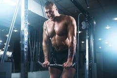 Forte atleta con il bilanciere di sollevamento dell'ente muscolare Immagine Stock Libera da Diritti