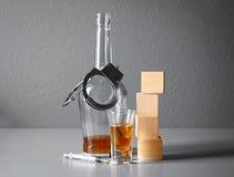 Forte bevanda, droghe, manette e cubi con spazio Fotografia Stock Libera da Diritti