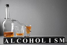 Forte bevanda, manette e cubi Fotografia Stock Libera da Diritti