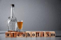 Forte bevanda, manette e cubi Fotografia Stock