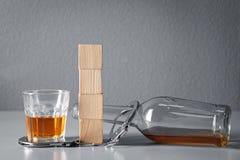 Forte bevanda, manette e cubi con spazio Immagini Stock