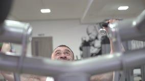 Forte campione del mondo che fa gli esercizi per le armi, grande bicipite stock footage