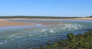 Forte corrente sull'estuario stock footage