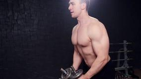 Forte culturista con gli addominali scolpiti, l'ABS perfetto, le spalle, il bicipite, il tricipite ed il petto archivi video