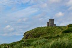 Forte de pedra em um penhasco na Irlanda fotos de stock royalty free