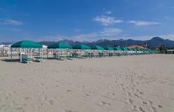 Forte dei Marmi -Strand am Strand mit Sonnenschutz stockbild