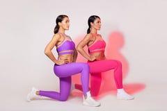 Forte donna atletica, facente esercizio sugli abiti sportivi d'uso del fondo bianco Motivazione di sport e di forma fisica immagini stock libere da diritti