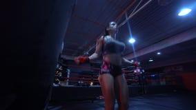 Forte donna castana di forma fisica alla palestra stock footage