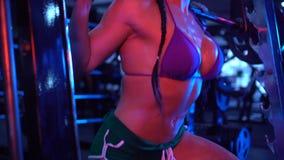Forte donna castana di forma fisica alla palestra archivi video