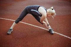 Forte donna che fa gli esercizi per sforzo del muscolo Fotografia Stock Libera da Diritti